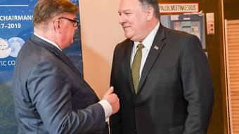 US-Aussenminister Mike Pompeo (rechts) und sein Finnischer Amtskollege Timo Soini unterhalten sich an einem Treffen der Aussenminister des Arktischen Rates.