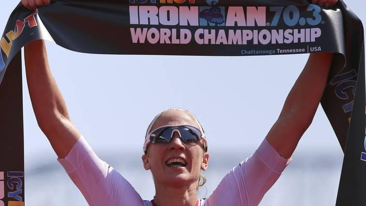 Daniela Ryf läuft an der IcyHot Ironman-WM im September 2017 als erste ins Ziel. Sie gewinnt damit zum dritten Mal die WM.