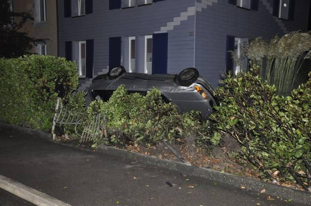 Eine 23-jährige Autofahrerin verlor die Kontrolle über ihr Auto und fuhr in eine Hausfassade. Die Fahrerin und der Beifahrer blieben unverletzt.