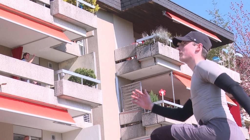 Senioren-Balkonturnen in Köniz: Wie Jonas Schäfer 3 Wohnblocks fit hält