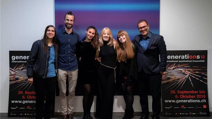 Maria Schneider (4. von links) mit den Schweizer Komponisten Sarah Chaksad, Basile Rosselet, Cinzia Catania, Luzia von Wyl und Bardia Charaf (von links). FALK NEUMANN