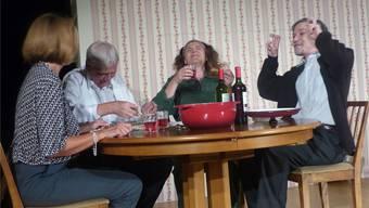 Biedermanns (Martina Cola und Benny Zingg, links) essen mit den Brandstiftern (Christine Walser und Hans Nassi).Ingrid Arndt