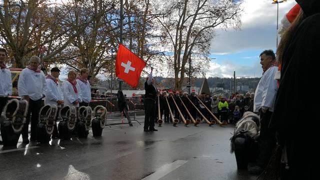 Der Samichlaus läutet den Christchindlimärt in Bremgarten ein