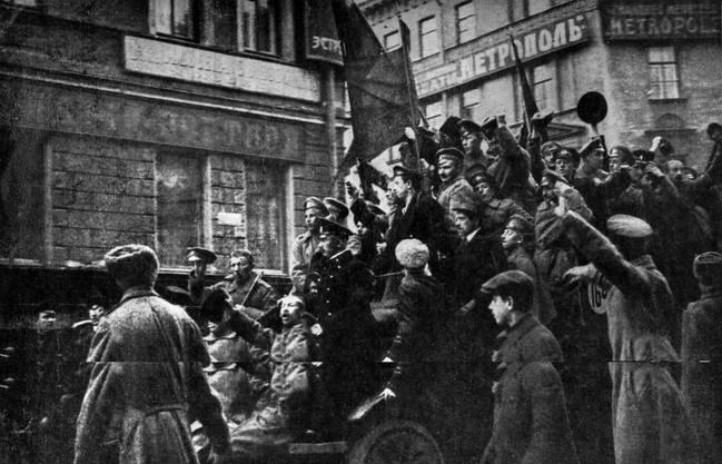 Im Jahr der Russischen Revolution 1917 ziehen Karren mit skandierenden Aufstaendischen durch die Strassen von Petrograd.