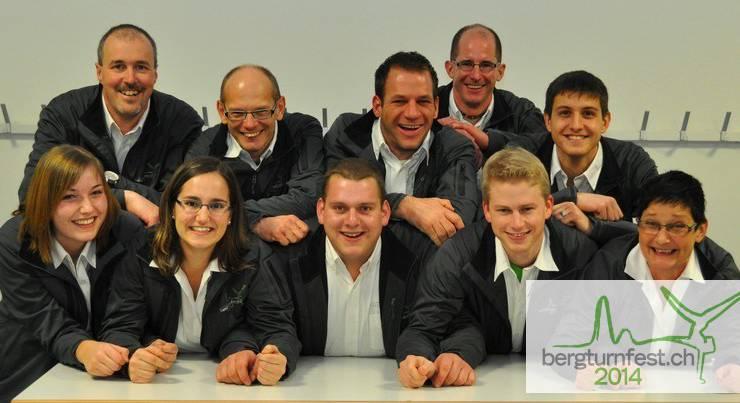 Das strahlende OK eingekleidet von der tinoatrade AG, Möhlin. Hinten v.l.n.r.: Stefan Weiss (Marketing), Christoph Frei (Wirtschaft), Andreas Vögeli (Vizepräsident), Martin Boutellier (Bau), Kevin Müller (Turnen). Vorne: Marion Bühler (Personal), Anja Grenacher (Personal), Markus Kern (Präsident), Christian Lang (Sekretariat) und Yvonne Kramer (Rechnungsbüro / Anmeldestelle). Es fehlen: Andreas Senn (Logistik) und Dominik Rohner (Finanzen).
