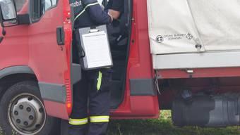 Schlecht gesicherte Ladung. Die Polizei hält Lastwagen an. (Symbolbild)