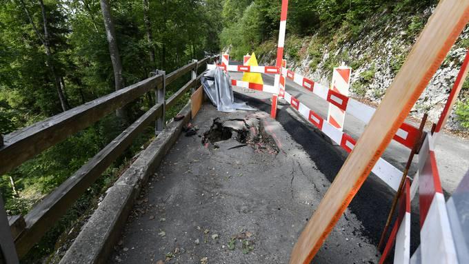 Bergstrasse ist aufgrund der starken Regenfälle ca 200 Meter oberhalb der Ampel eingebrochen und muss notfallmässig gesichert werden. Im Bild: Deckbelag und Strasse ist komplett durchgebrochen, es gibt ein grosses Loch.