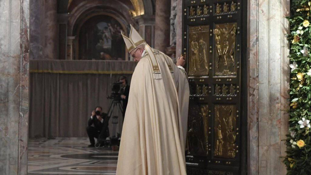 Türe zu: Der Papst schliesst die Heilige Pforte im Petersdom in Rom. Mit dieser symbolischen Geste beendete Franziskus das ausserordentliche Heilige Jahr.