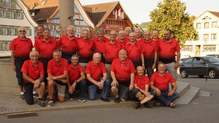 Reiseteilnehmer in den neuen roten Vereins-T-Shirts