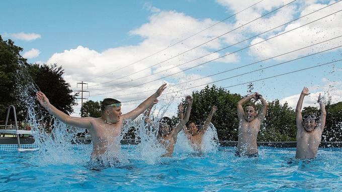 Diese fünf Jungs freuen sich riesig über den runden Pool in der Badi.