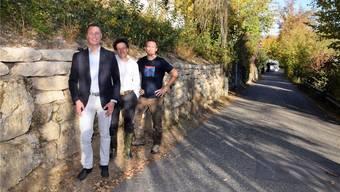 Zufrieden mit dem Ergebnis (von links): Stadtrat Reto Wettstein, Pro-Natura- Geschäftsführer Johannes Jenny sowie Projektleiter Philipp Schuppli vor der sanierten grossen Trockensteinmauer am Rinikersteig.mhu