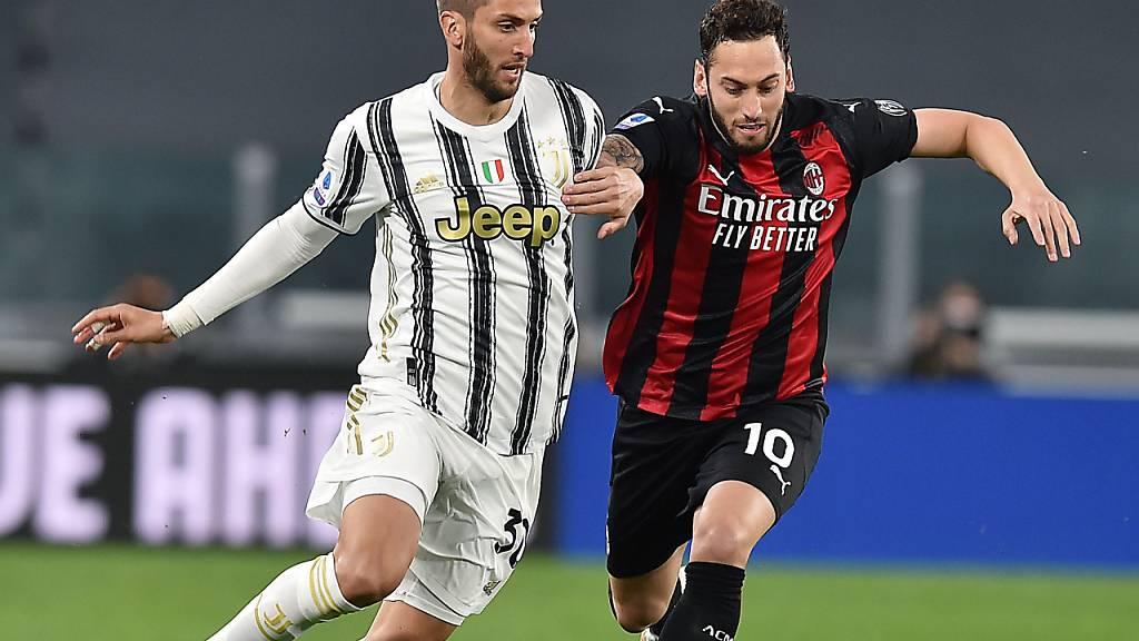 Hakan Calhanoglu (rechts), hier noch in Milans Tenü gegen Rodrigo Bentancur von Juventus Turin