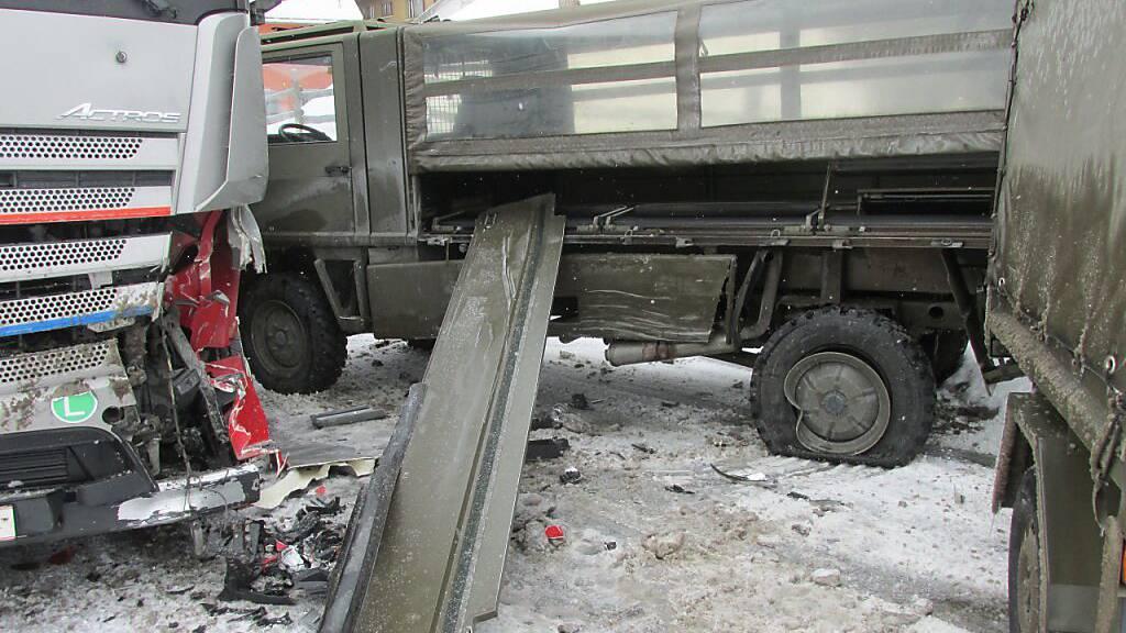 Filzbach GL: Duro kracht auf Schnee gegen Sattelzug
