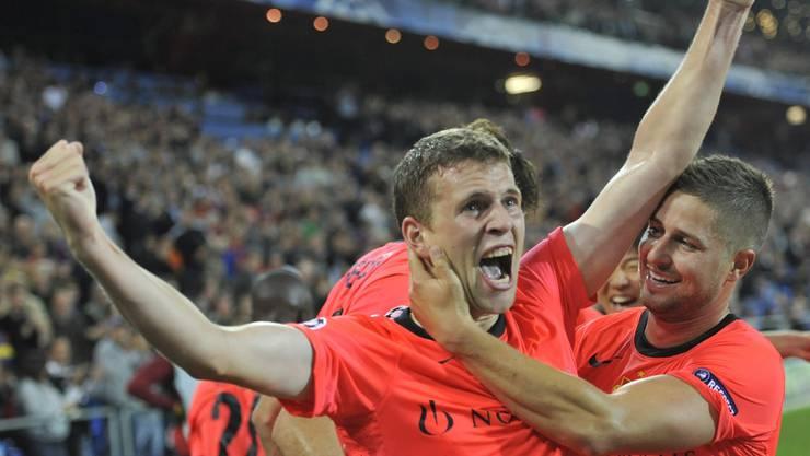 Torschütze Fabian Frei lässt sich feiern; Steinhöfer (r.) gratuliert seinem Mannschaftskollegen zum 1:0.