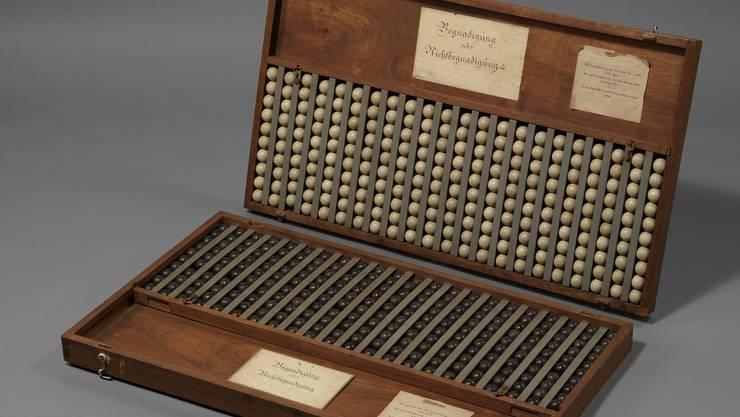 Ballotage-Kasten des Zürcher Kantonsrats von 1831, mit dessen Hilfe über Begnadigungsgesuche abgestimmt wurde. Wer gegen eine Begnadigung war, warf eine schwarze Kugel in die Urne, wer dafür war, eine weisse.