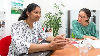 Dhanya Chonedan (links) und «MosaiQ»-Projektleiterin Marion Weik beim Gespräch in Aarau.