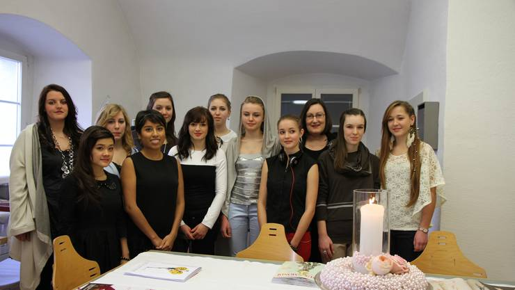 Heidi Frey Leitch (3. von rechts) war zufrieden mit der Präsentation der Lernenden des Lehrateliers ModeElle und des Blumengeschäfts des BBZ.