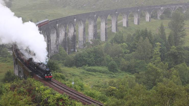 Im Film fährt Harry Potter mit dem Hogwarts Express. Seine Fans tuckern im «Jacobite Steam Train» über das Glenfinnan-Viadukt. Bild: David Coulin