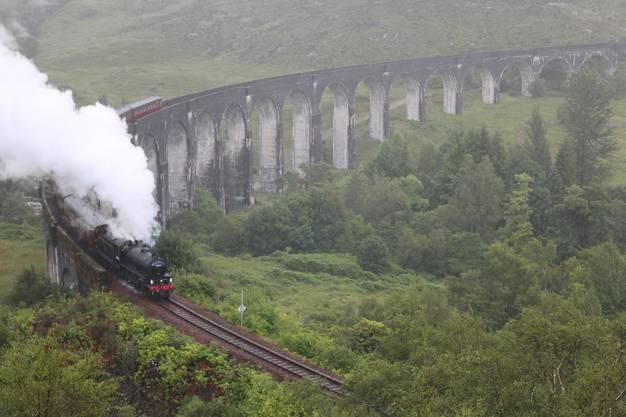 Im Film fährt Harry Potter mit dem Hogwarts Express. Seine Fans tuckern im «Jacobite Steam Train» über das Glenfinnan-Viadukt. Bild: David Coulin
