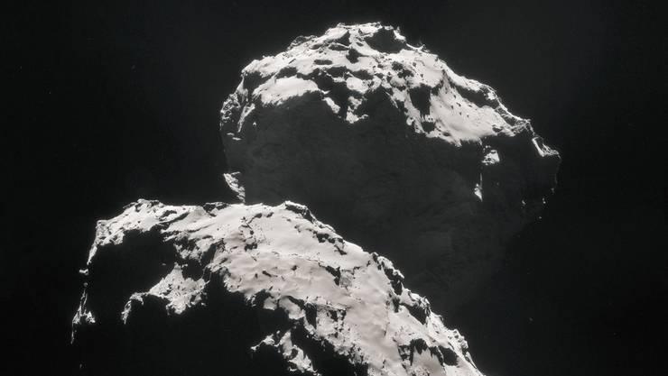 """Kometen wie """"Chury"""" könnten dereinst bei Einschlägen auf die junge Erde die Bausteine für die Entstehung des Lebens mitgebracht haben. Nur der wichtige Baustein Stickstoff schien seltsamerweise im Kometen zu fehlen. Forschende konnten dieses Rätsel nun lösen."""