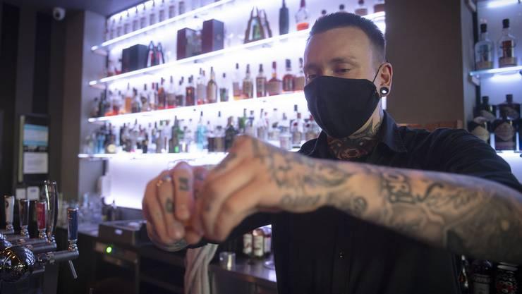 Ronny Kurek vom «Oscar One» mixt seine Drinks mit Maske. Die Lockerungen kamen für ihn zu früh.