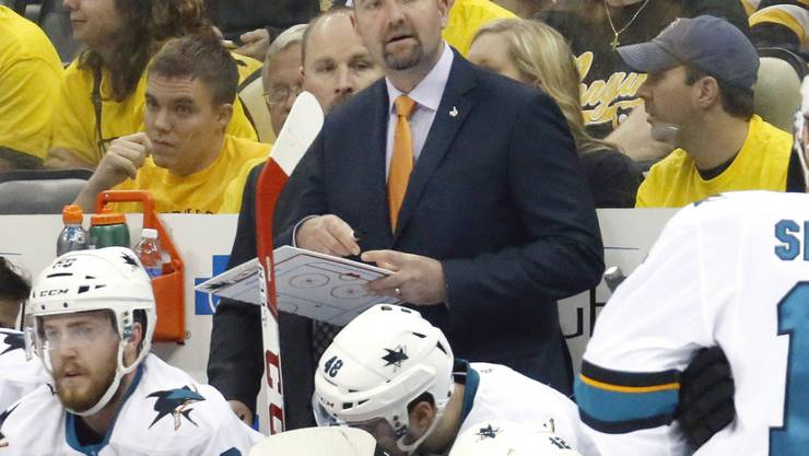 Die San Jose Sharks entliessen Trainer Peter DeBoer (Bildmitte)