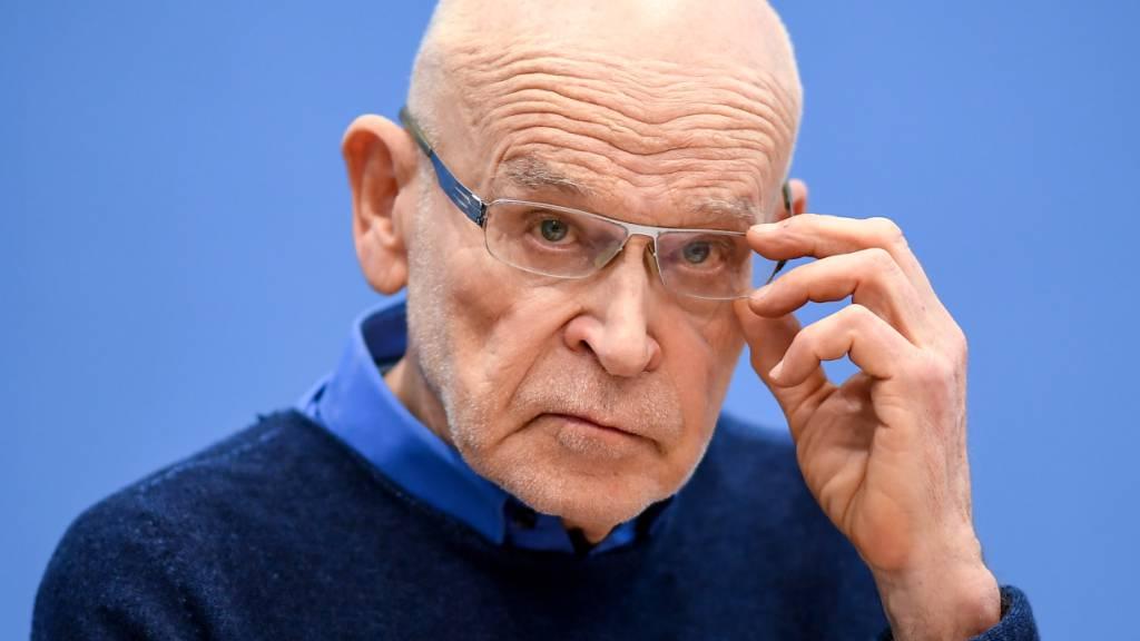 ARCHIV - Günter Wallraff, Journalist und Autor, während einer Pressekonferenz. Foto: Britta Pedersen/dpa-Zentralbild/dpa