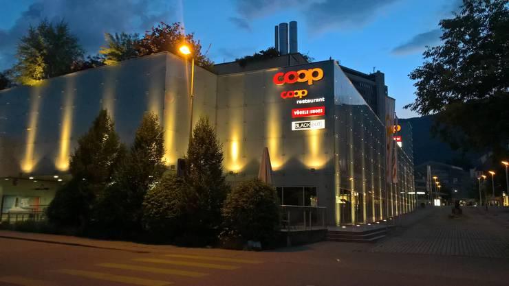 Beleuchtete Fassade des Coop Centers