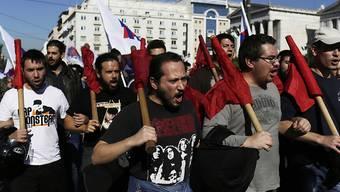 Mitglieder der Kommunisten-nahen Gewerkschaft PAME marschieren durch Athen.