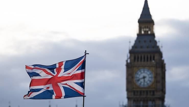 ARCHIV - Die Flagge vom Vereinigtem Königreich (Union Jack) weht im Wind. Im Hintergrund ist der Uhrturm Elizabeth Tower mit dem Big Ben zu sehen. Foto: Monika Skolimowska/dpa-Zentralbild/dpa