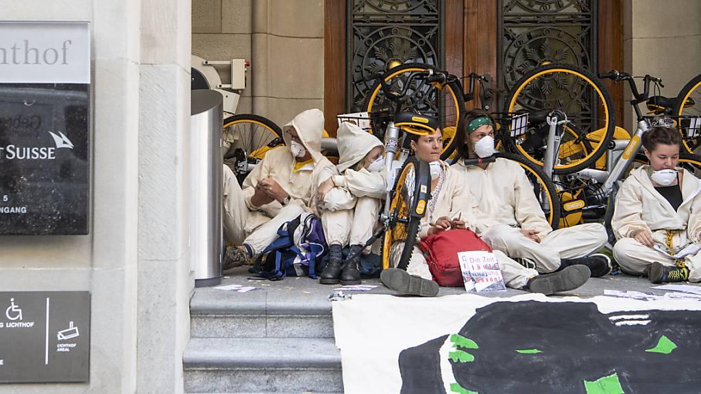 Vor dem Bezirksgericht Zürich mussten sich neun Personen für die Teilnahme an einer Sitzblockade vor dem Eingang der Credit Suisse am Paradeplatz in Zürich am 8. Juli 2019 verantworten.