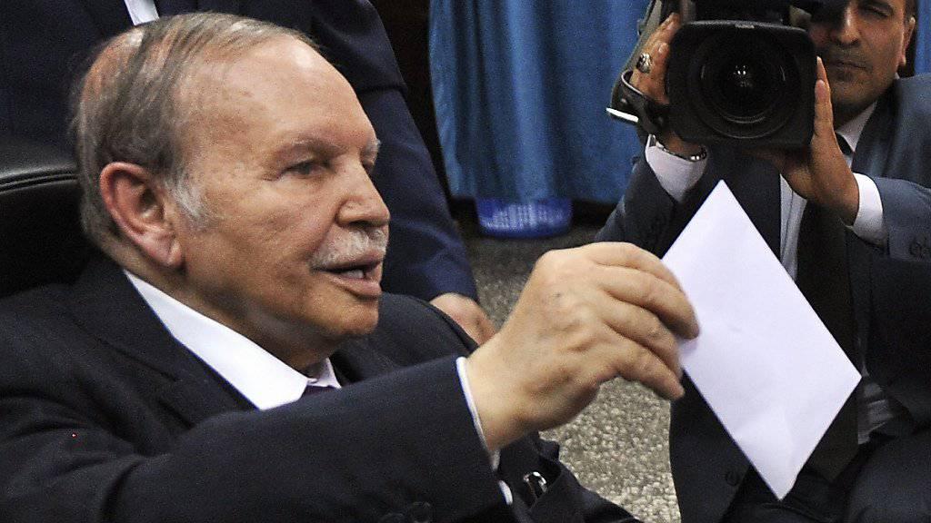 Seine Partei verlor zwar Stimmen, holte aber trotzdem die meisten Sitze im Parlament: Der algerische Staatspräsident Abdelaziz Bouteflika bei der Stimmabgabe am Donnerstag.