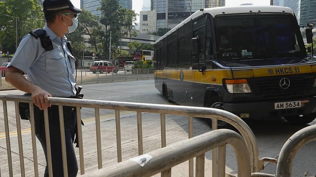 Ein Gefangenentransporter, in dem laut einem Polizeibeamten der Angeklagte transportiert wird, kommt vor einem Gericht in Hongkong an. Foto: Vincent Yu/AP/dpa