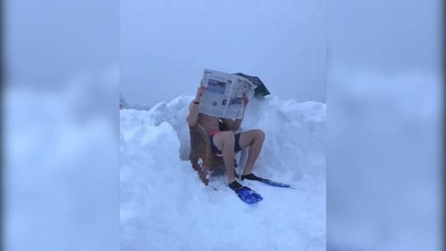 Erfrischendes Bad im Neuschnee