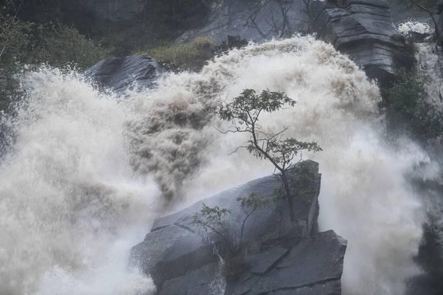 Cresciano: Das Dorf ist stark vom Regen betroffen, die Wasserfälle führen enorme Wassermengen ab.