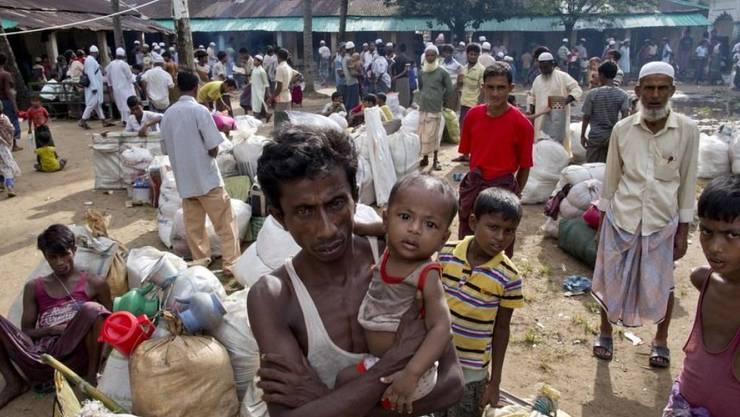 Neue ankommende Flüchtlinge aus Myanmar verlassen eine Notunterkunft in Shahparirdwip in Bangladesch. (Archivbild)