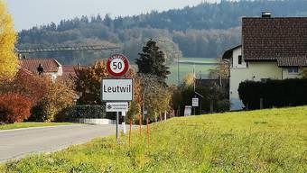 oznor Ortstafel und Gemeindehausfassade von Leutwil