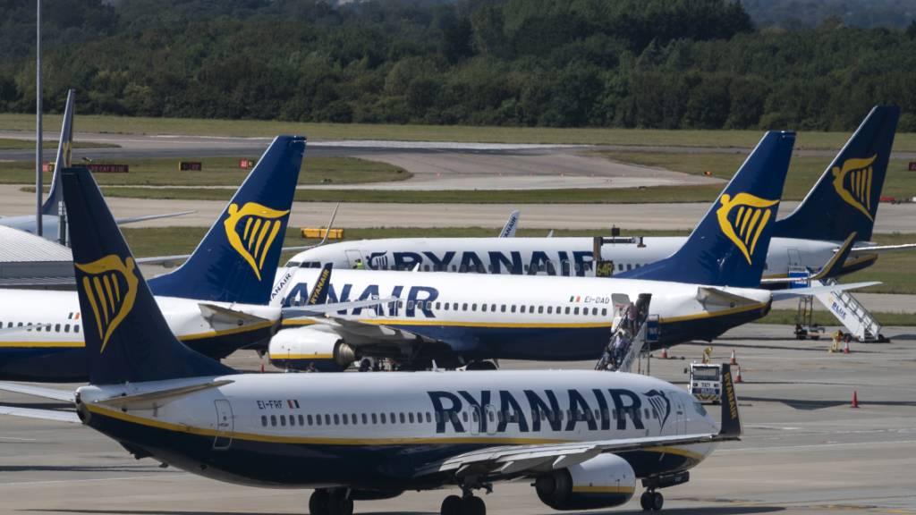 Maschinen am Boden:  Die Zahl der Fluggäste brach bei Ryanair wegen der Coronakrise im abgelaufenen Quartal um 99 Prozent auf eine halbe Million ein.