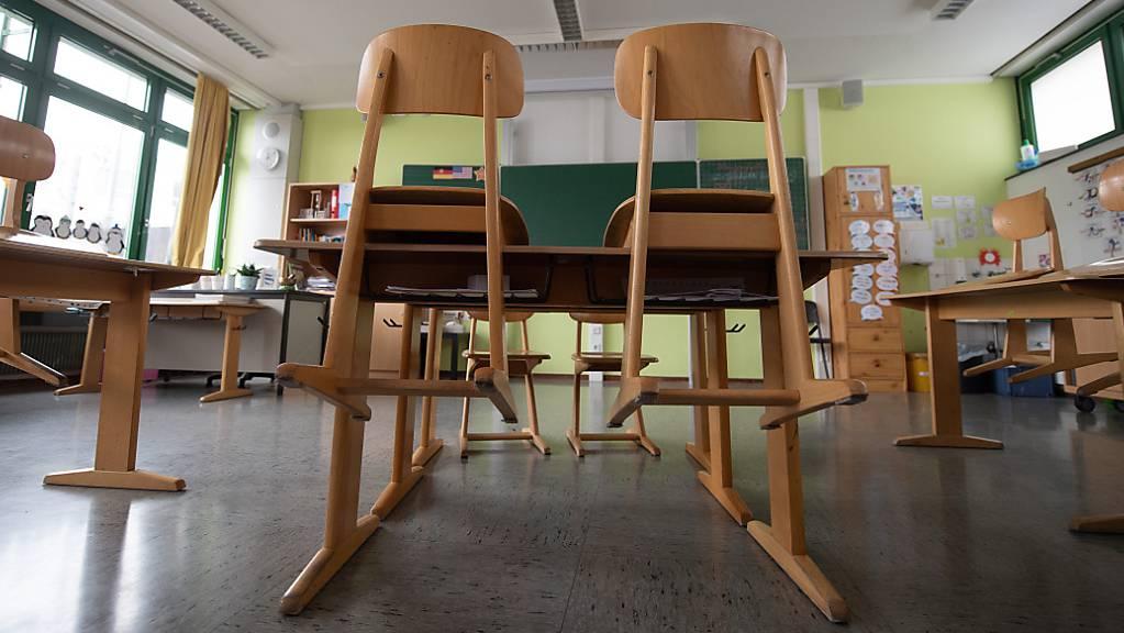 ARCHIV - Ein leeres Klassenzimmer in der Corona-Pandemie in einer Grundschule. Foto: Sebastian Gollnow/dpa
