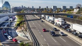 Nach einem Unfall auf der deutschen Autobahn geht auch auf der schweizer Autobahn ab Pratteln gar nichts mehr, an der Hagnau (im Bild) steht der Verkehr auf allen Abschnitten in Richtung Basel/Deuschland. Auch die Zubringer von Birsfelden oder aus Reinach sind betroffen.