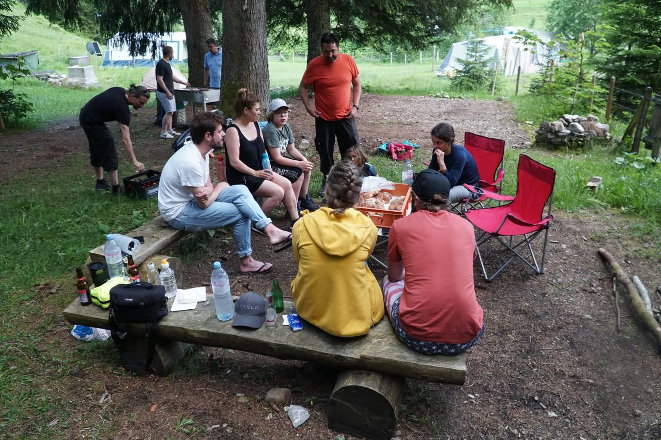 Ein schöner Abschluss. Die riesige Wandergruppe sitzt am Abend entspannt zusammen. (© Radio 24)