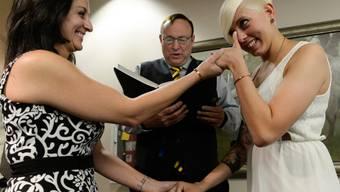 Ein lesbisches Paar lässt sich in Salt Lake City trauen