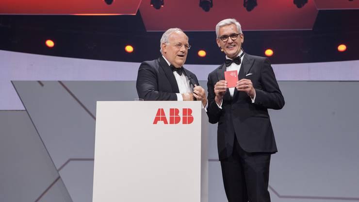 Hier schenkt Bundesrat Johan Schneider.Ammann dem ABB-Konzernchef Ulrich Spiesshofer den Schweizer Pass.