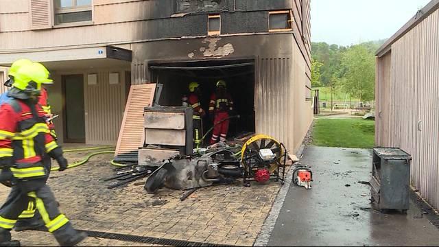 Garagenbrand greift auf Reihenhaus über