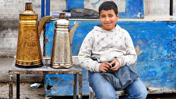 Atilla verkauft nach der Schule ab und zu Kaffee, um sein Taschengeld aufzubessern.