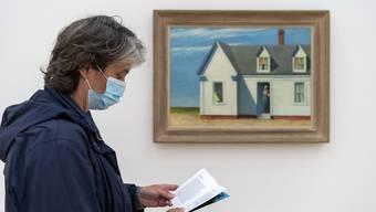 Besucherin mit Gesichtsmaske in der Fondation Beyeler vor einem Gemälde von Edward Hopper.