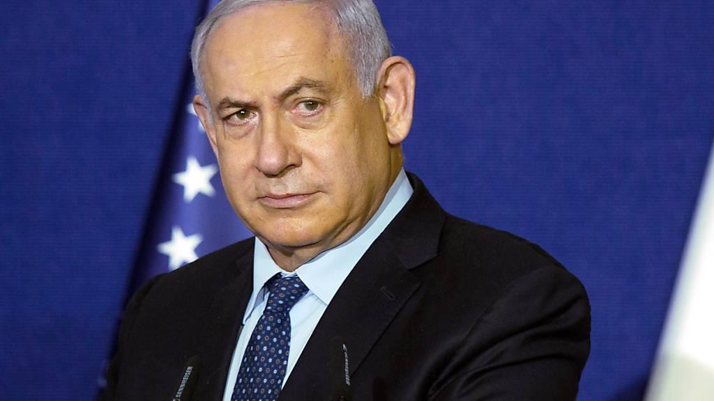 ARCHIV - Anhänger des scheidenden rechtskonservativen Ministerpräsidenten Benjamin Netanjahu üben nach Medienberichten massiven Druck aus, um die geplante Regierung von acht Parteien aus allen politischen Lagern zu verhindern. Foto: Maya Alleruzzo/Pool AP/dpa