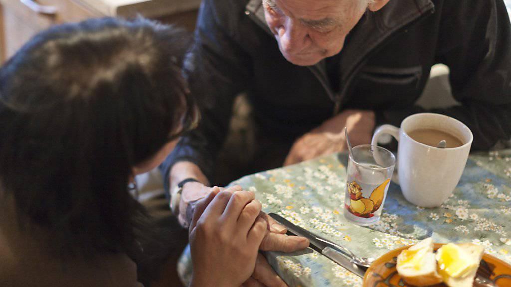 Auch zukünftig werden viele alte Menschen zu Hause unabhängig wohnen. Die Kosten für die Betreuung werden sich bis 2030 verdoppeln. (Symbolbild)