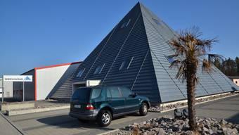 Die Pyramide der ehemaligen Gschwind Haustechnik AG samt Umschwung kann ersteigert werden.