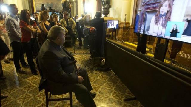 In einem Raum des Kongresspalastes wird Kirchners Rede übertragen